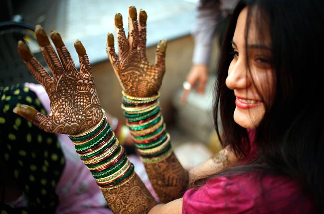 Putting Mehndi On Hands Games : Karva chauth kitty party games queen