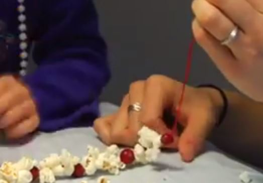 Popcorn-Cranberry Garland: Funny Couple Party Game